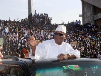 brahim Boubacar Keita, l'un des favoris du scrutin, a réuni 30 000 personnes dans un stade pour son premier meeting, le 7 juillet 2013. AFP PHOTO / HABIBOU KOUYATE