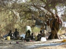 Des familles vivant le long de la rivière après avoir fui les combats.