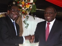 Le président du Zimbabwe, Robert Mugabe, et son Premier ministre, Morgan Tsvangirai, le 22 mai 2013 à Harare. REUTERS/Philimon Bulawayo