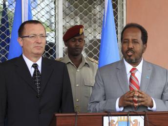 Le président somalien Hassan Cheikh Mohamoud (d) et le directeur des Affaires politiques de l'ONU Jeffrey Feltman (g), le 27 juin 2013, à Mogadiscio. REUTERS/Omar Faruk