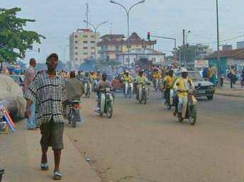 Dans les rues de Cotonou, les «zémidjans» (taxis-motos) sont en partie responsables de la pollution. RobNS/ Wikimedia commons