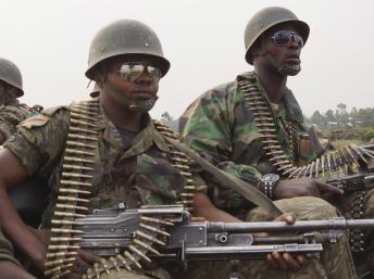 Des soldats de l'armée congolaise, à bord de leur camion, se dirigent vers la ligne de front. Près de Goma, le 14 juillet 2013. REUTERS/Kenny Katombe