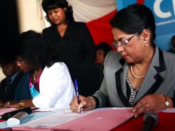 Béatrice Atallah, la présidente de la Cénit (d.) et Fatma Samoura (g.) coordinatrice du système des Nations unies, en août 2012. AFP PHOTO / ANDREEA CAMPEANU