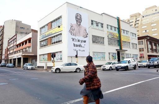 Nelson Mandela fête jeudi ses 95 ans dans sa sixième semaine d'hospitalisation à Pretoria mais sa fille a fait état de progrès étonnants de l'ancien président qu'on avait dit au seuil de la mort