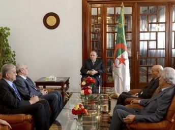 Le président Abdelaziz Bouteflika a rencontré ses ministres après son arrivée à l'aéroport militaire de Boufarik, le 16 juillet 2013. REUTERS/APS/Handout via Reuters