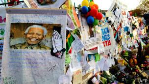 Devant l'hôpital ou est soigné Nelson Mandela, les Sudafricains sont rassemblés pour lui rendre hommage.