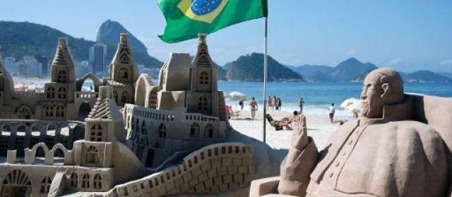 Par respect pour le pape François attendu sur la plage de Copacabana, à Rio, fesses et seins nus des sensuelles sculptures féminines en sable qui agrémentent le bord de mer ont été pudiquement couverts.   Vanderlei Almeida