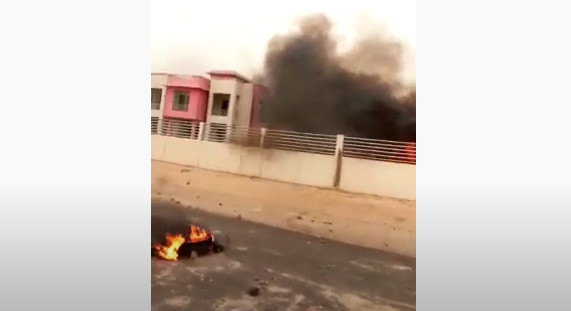 Vidéo - À Matam, les jeunes de Ndouloumadji brûlent la maison de Macky Sall
