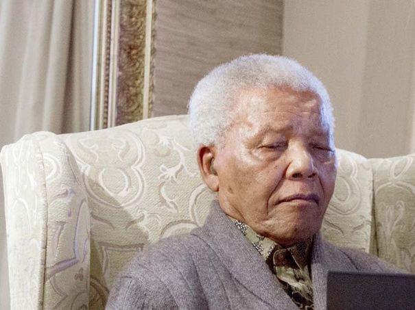 La santé de Nelson Mandela s'améliore, mais reste critique