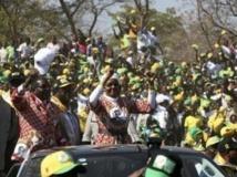 Robert Mugabe et sa femme lors de la campagne, le 18 juillet 2013. Reuters/Philimon Bulawayo