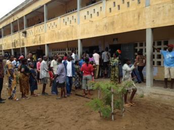 L'attente est parfois longue à l'entrée des bureaux de vote. Ici dans un lycée de Lomé, le 25 juillet 2013. RFI/Olivier Rogez