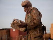 Un soldat du MJE tient des papiers abandonnés par les forces armées régulières, sur la base d'Heglig, le 15 avril 2012. AFP PHOTO / ADRIANE O'HANESIAN