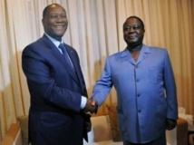 Le président Alassane Ouattara (g) et Henri Konan Bédié, chef du PDCI. La question d'un cavalier seul du PDCI au premier tour de la présidentielle 2015 sera débattue au prochain congrès. AFP PHOTO/ SIA KAMBOU