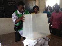 Le dépouillement des votes dans une école de Lomé, le 25 juillet 2013. RFI / Olivier Rogez