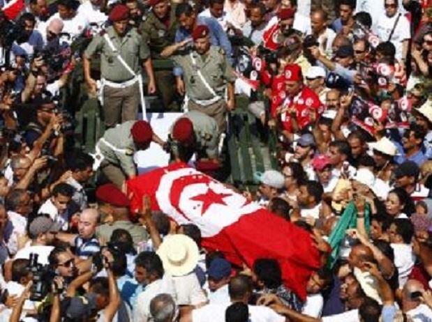 Les obsèques de Mohamed Brahmi ont été suivies par une foule nombreuse et émue, vendredi 27 juillet 2013. REUTERS/Zoubeir Souissi