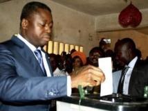 Le président du Togo, Faure Gnassingbé (G) glisse son bulletin dans l'urne dans une école à Lomé. REUTERS/Noel Kokou Tadegnon