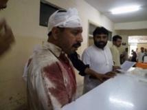 Un homme blessé lors de l'explosion d'une bombe sur le marché de Parachinar se présente à l'hopital de la ville, le 26 juillet 2013. Reuters