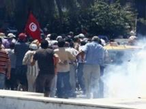 La police tunisienne tire des gaz lacrymogènes pour disperser les manifestants placés devant l'Assemblée constituante, demandant sa dissolution. REUTERS/Zoubeir Souissi
