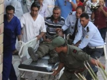 Un soldat tunisien est emmené à l'hôpital de Kasserine après une embuscade tendue par des jihadistes. REUTERS/Stringer