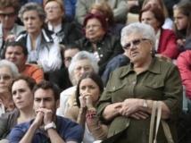 Des centaines de fidèles ont suivi la messe solennelle depuis un écran géant situé à l'extérieur de la cathédrale de Saint-Jacques-de-Compostelle. REUTERS/Miguel Vidal