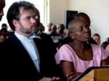 Victoire Ingabire (d.) et son avocat britannique, Ian Edwards, à l'ouverture de son procès à Kigali, le 5 septembre 2011. AFP PHOTO/Steve Terrill