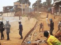 Heurts entre police et manifestants à Conakry, le 2 mai 2013. REUTERS/Saliou Samb