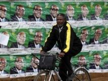 Affiches de campagne du président Mugabe dans une rue d'Harare, le 30 juillet 2013. Reuters / Sibeko