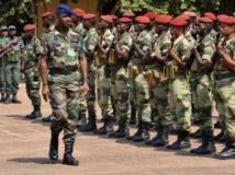 Le commandant de la Fomac, Jean-Félix Akaga, passe ses troupes en revue à Bangui. AFP PHOTO/ SIA KAMBOU