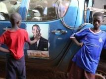 Des enfants devant une affiche de campagne de Soumaïla Cissé. Pierre René-Worms / RFI