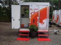 Des toilettes mobiles, des Ikotoilets, conçues par Ecotact. http://ecotact.org