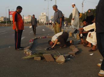Un supporter de Mohamed Morsi honore le sang d'un autre supporter du président déchu, le 3 août près du Caire. REUTERS/Asmaa Waguih