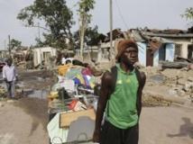 Un habitant déplace ses effets personnels du quartier de Mpila, touché dimanche 4 mars par une série d'explosions dans une dépôt de munitions. REUTERS/Jonny Hogg