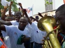 Des jeunes Ivoiriens lors de la fête du 1er-Mai dans les rues d' Abidjan, en 2011. AFP PHOTO ISSOUF SANOGO