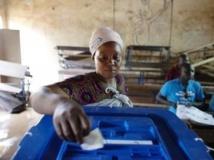 Une électrice malienne vote à Bamako, lors du second tour de l'élection présidentielle, le 11 août 2013. Reuters / Penney