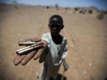 A Rounyn, dans un village évacué du nord Darfour, un enfant exhibe les traces d'un combat. AFP PHOTO / HO/ UNAMID / Albert Gonzalez Farran