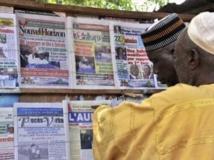 A Bamako, devant un vendeur de journaux, ce lundi 12 août au lendemain du second tour de l'élection présidentielle. AFP PHOTO / ISSOUF SANOGO