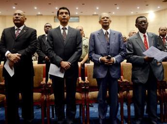 (De gauche à droite) Le Premier ministre Omer Beriziky, le président de la transition, Andry Rajoelina et les anciens présidents Didier Ratsiraka et Albert Zafy, le 18 avril à Antananarivo.. AFP PHOTO / BILAL TARABEY