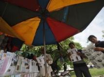 Lecture de la presse à Phnom Penh. L'opposition conteste la victoire du parti du Premier ministre Hun Sen. REUTERS/Samrang Pring