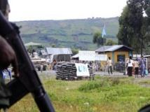 Des rebelles du M23 à quelques mètres d'un poste de garde de la Monusco, à Goma, mardi 15 mai. REUTERS/James Akena