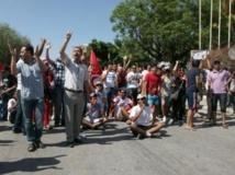 A Tunis, les manifestants scandent des slogans contre le parti Ennahda devant l'Assemblée nationale, le 27 juillet 2013. AFP PHOTO / YAHYA GABOUS