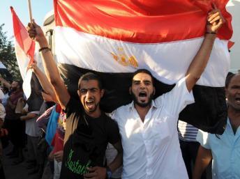 A Tunis, des manifestants, pour la plupart proches du parti Ennahda, ont dénoncé ce mercredi 14 août la répression militaire en Egypte. AFP PHOTO / FETHI BELAID
