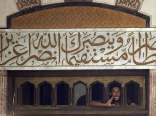 En Egypte, la police poursuit le siège de la mosquée al-Fath sur la place Ramsès