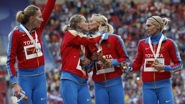 Deux athlètes russes défient Poutine avec un baiser de la victoire