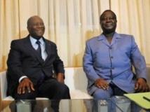 Le président de la Côte d'Ivoire, Alassane Ouattara (à g.) et Henri Konan Bédié, chef du PDCI, lors d'une rencontre à Abidjan, en novembre 2012. AFP PHOTO/ SIA KAMBOU