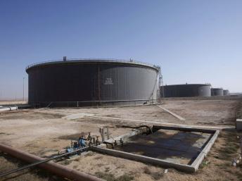 Des réservoirs de pétrole brut dans le port de Tobrouk, l'un des rares où la production a repris normalement. REUTERS/Ismail Zitouny