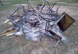 Kolda : en colère après l'interdiction de leur soirée, des élèves brûlent les tables bancs et les cases de leur école