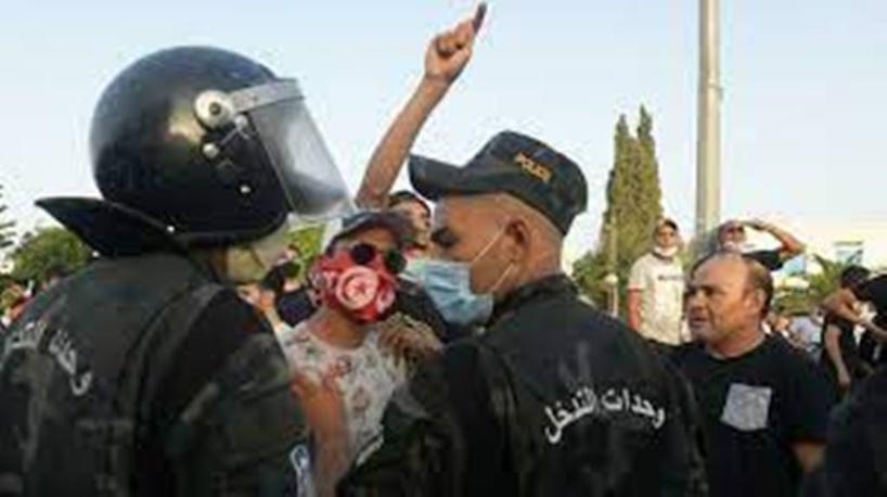 Tunisie : des affrontements devant le Parlement après sa suspension