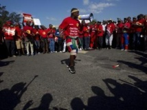 Des membres de la Nation Union of Metalworkers of South Africa (Numsa) en grève à Durban, le 23 août 2013. REUTERS/Rogan Ward