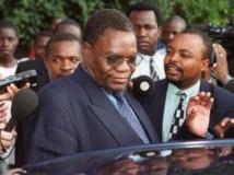 Kumbirai Kangai, ancien ministre de l'Agriculture décédé samedi 24 août 2013. Ici quittant le tribunal de Harare le 21 mars 2000. Reuters