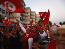 Des manifestants hostiles au gouvernement agitent le drapeau de la Tunisie le 24 août 2013. REUTERS/Anis Mili
